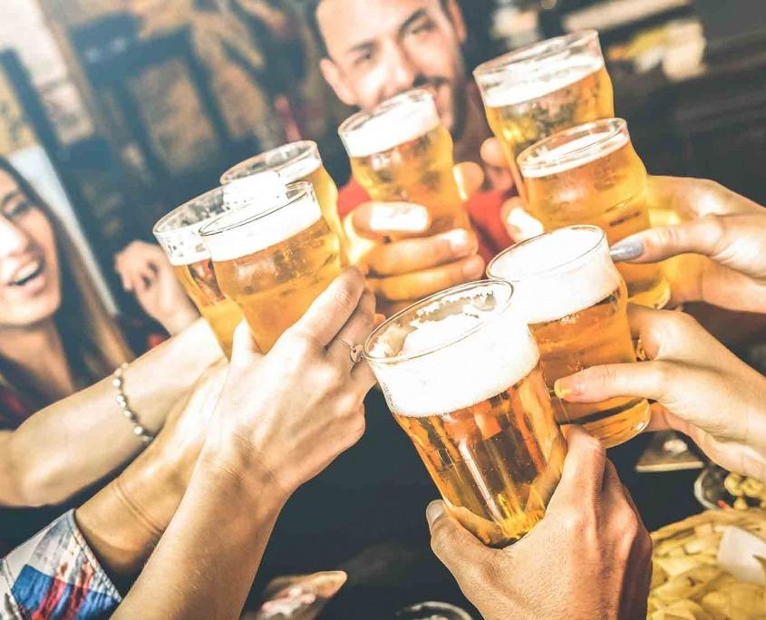 Photo de personnes trinquant pour le Festival de la Bière de Quimper
